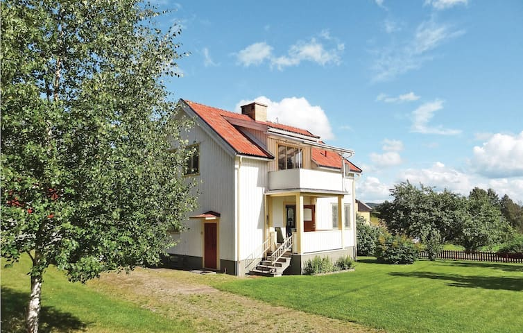 Holiday cottage with 3 bedrooms on 98 m² in Torsby