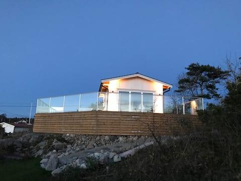 Nybyggt attefallshus med havsutsikt.
