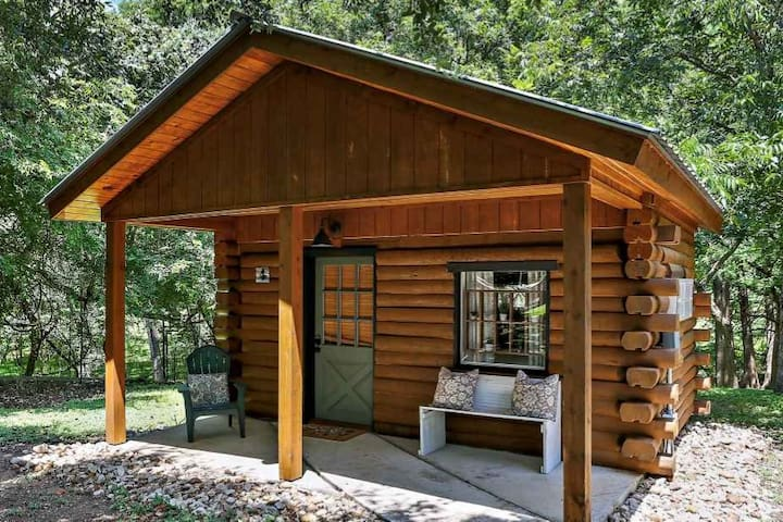 Romantic & Cozy Cabin for 2 in downtown Wimberley