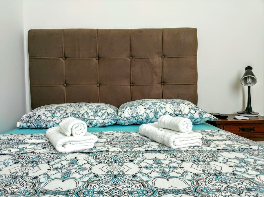 Quarto: cama de casal. Bedroom: double bed.