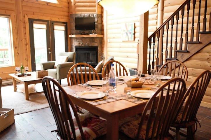 Beautiful 2 Bedroom Getaway with Balcony, BBQ & Stunning Lake Views!