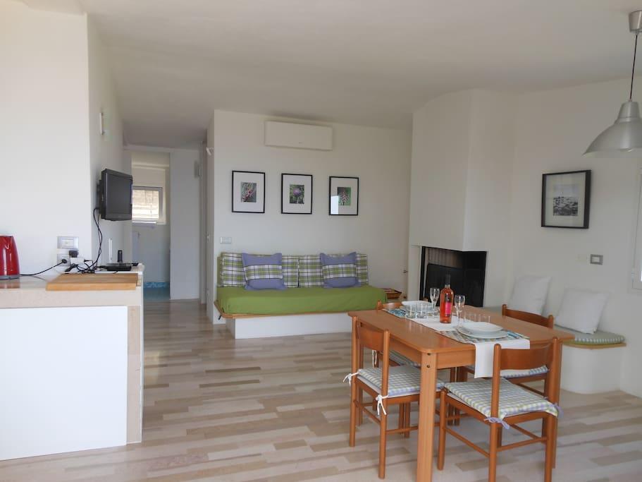L'appartamento di 65 mq ha un ampio soggiorno con divano letto per 2