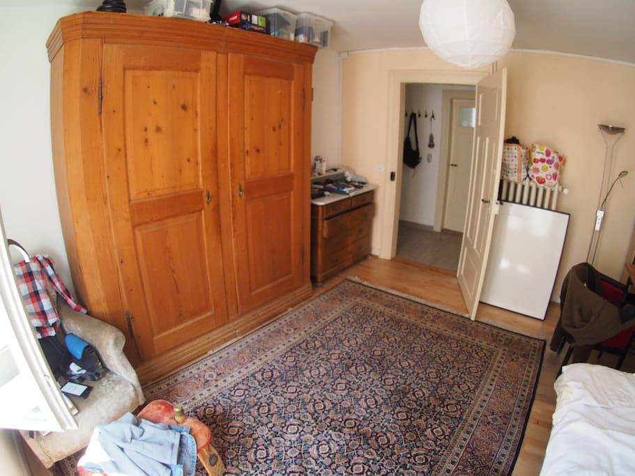 spacious room 2/2