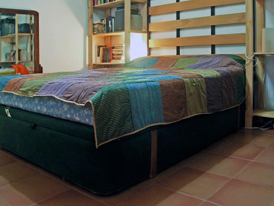 Habitación con cama de 135 cm.