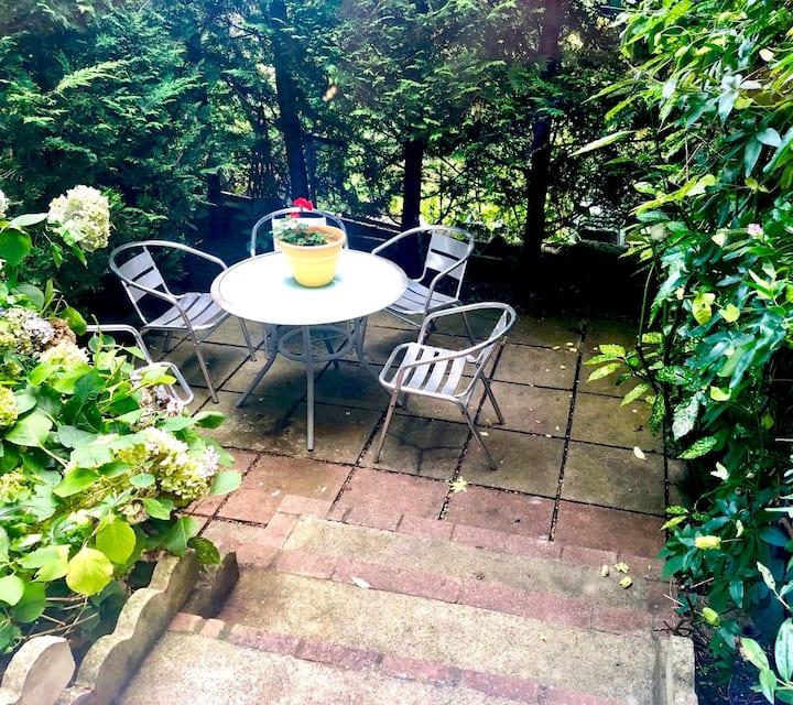 Grand Garden Apartment - Spacious 3 beds & patio