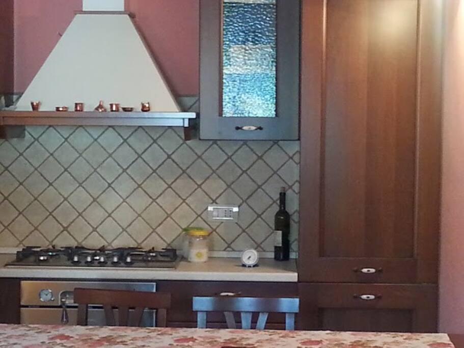 cucina componibile  piano cottura grande forno ventilato frigo e congelatore con cassetti rifinitissima nuova
