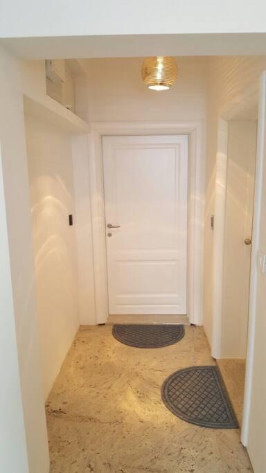 Ulazna vrata od apartmana A13 / Entrance door