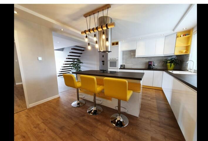Stunning Modern 4bd Cottage/Jacuzzi/Parking/WiFi