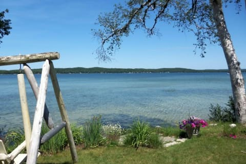 Fun dog-friendly lakeside cottage w/ free WiFi, private grill, and full kitchen