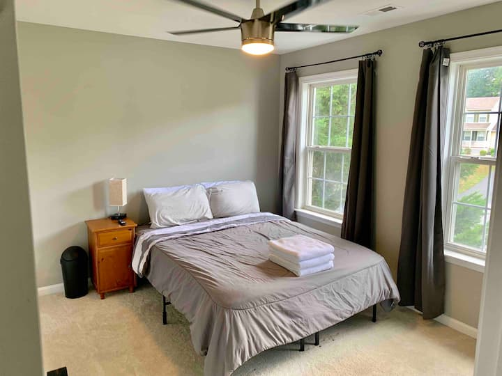 Quiet bedroom in large home, Room 3