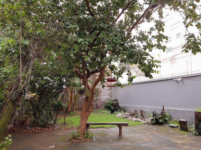 Quarto em casa com lindo quintal no Santo Antônio