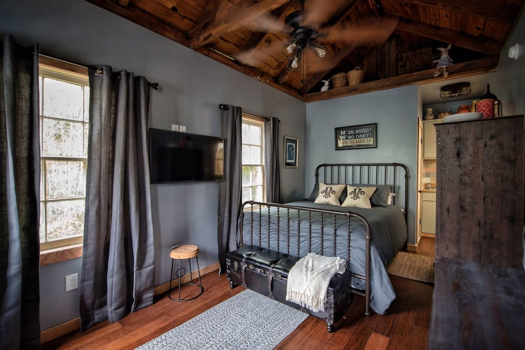 Cozy queen bed  with flat screen tv
