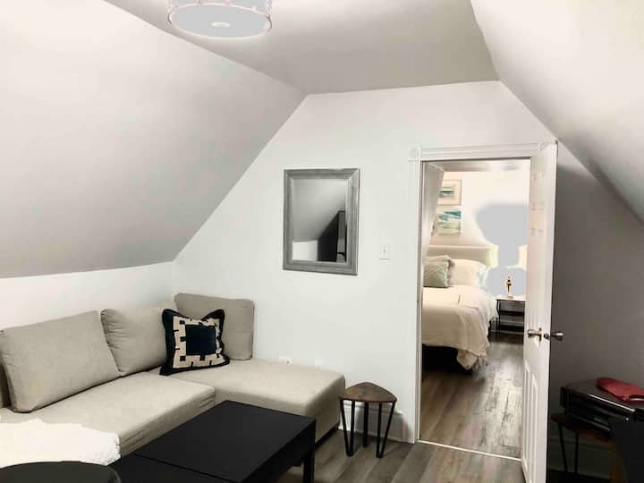 Edward Loft: 1 bed + downtown + modern+ budget+WFH