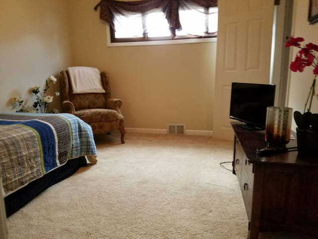 Private Room near IX/Airport/Cleveland - Strongsville - Casa