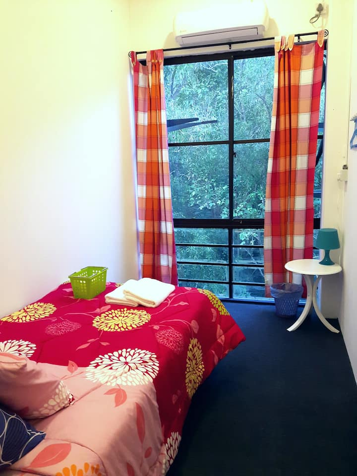 EZ Lodgings - Cozy single room for 2 in Gadong
