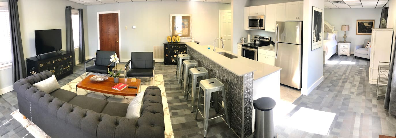 Amazing Location! Villas at Sweet Spring-Upper Luxury Suite, Downtown, Fine Finishes, Parking Space