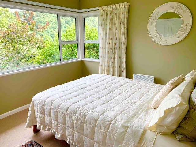 Queen bedroom (the Green Room)