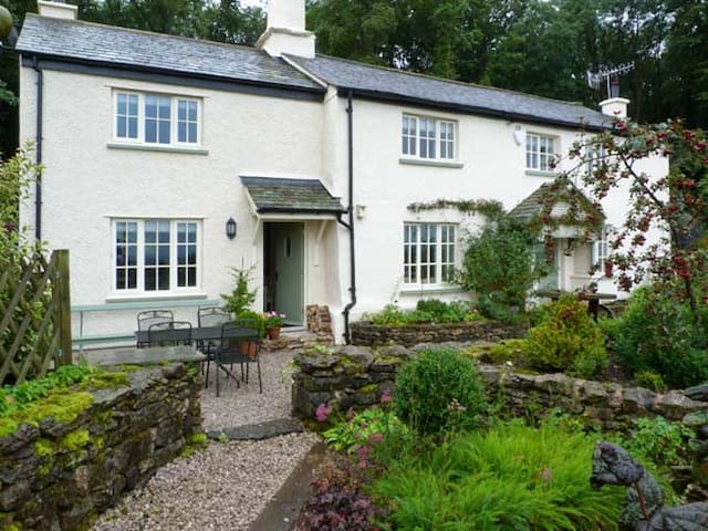 GAMEKEEPER'S COTTAGE, luxury holiday cottage in Hale, Ref 8275