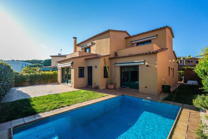 Casa con piscina y jardin en la Costa Brava
