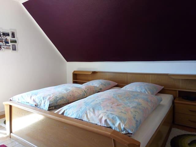1. Etage: Schlafzimmer 3, mit großem Doppelbett, Radiowecker, 6-türigem Kleiderschrank