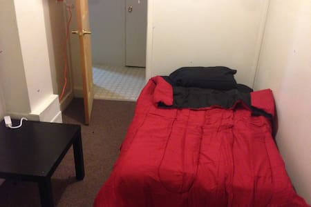 Affordable room in Gatineau, near downtown Ottawa. - 加蒂諾 - 公寓