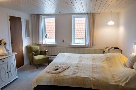 Østvendt værelse på 1. sal i hyggelig gl. skole - Nibe - Bed & Breakfast