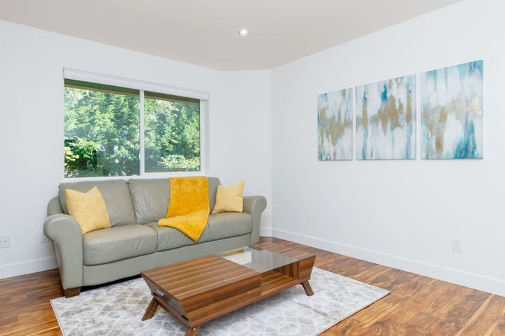 Luxurious One Bedroom Suite near UVIC