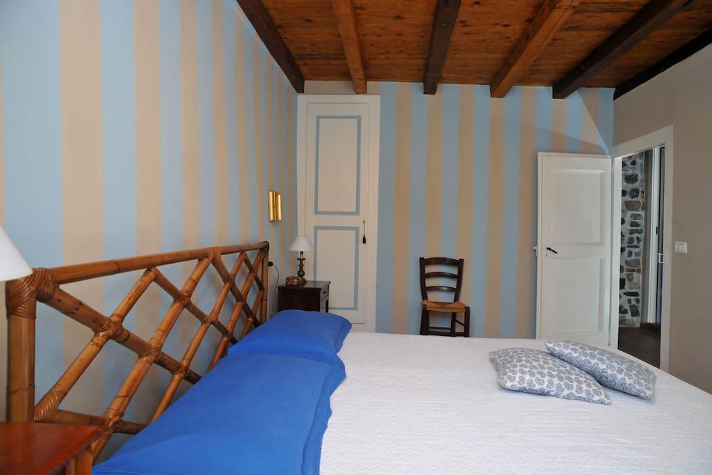 una camera da letto del secondo piano