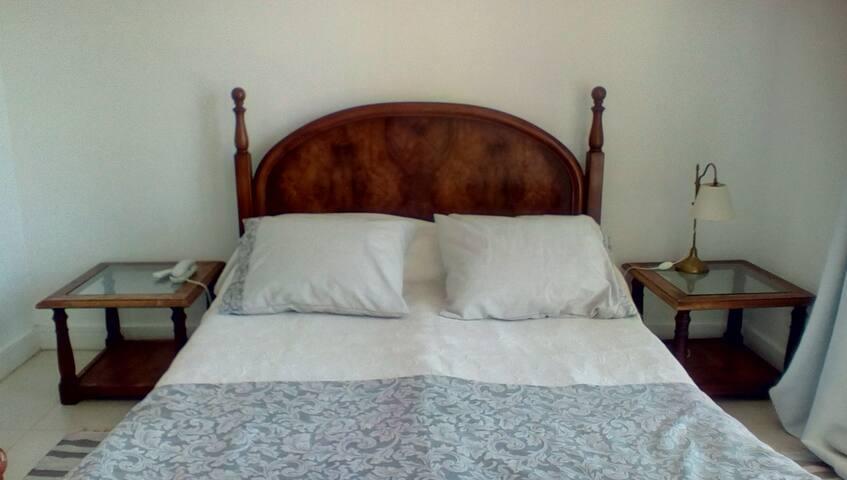 Cuarto principal: actualmente cama de 2x2 m y respaldo entelado.