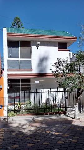 EXCELENTE UBICACIÓN, CON LO NECESARIO Y MÁS - León - Casa de huéspedes