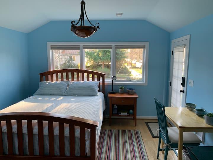 Cozy Guest Cottage in Woodstock Neighborhood