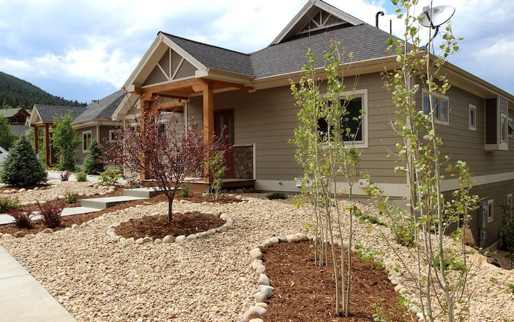 Spacious Townhome with Amazing Mountain Views