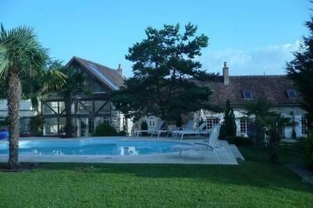 Très belle maison en pierre avec piscine chauffée.