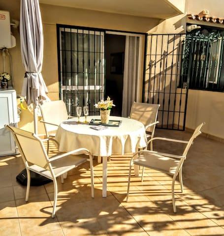 25 de octubre 2019, debajo de la terraza. Para gusto de todos, bonito piso tiene manteles coloridos or beige.