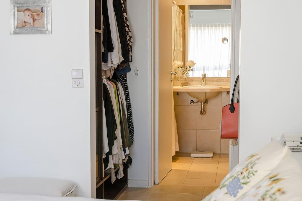 Vestidor y baño privado