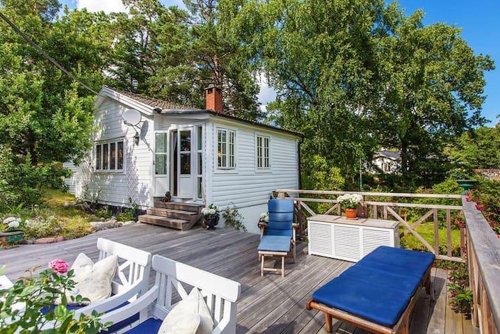 Charming hillside cottage - Saltsjöbaden - Cabana