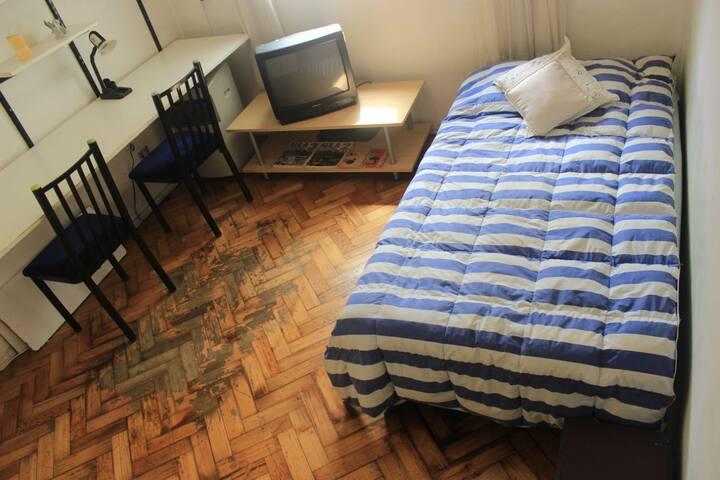 Amplia habitacion con escritorio ideal para trabajo intelectual