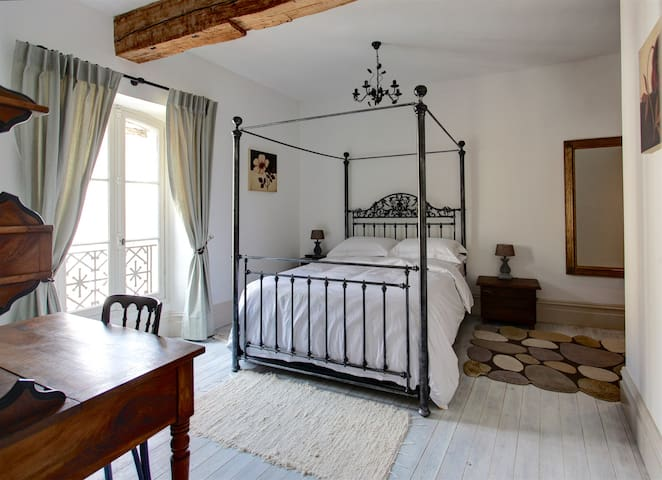 Bedroom with kingsize four poster bed