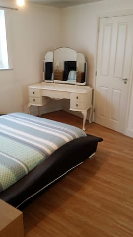 King size bed with ensuite - Colchester - Leilighet