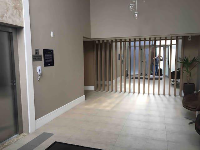 A esquerda vemos o elevador para acesso a torre 01 sem necessidade de uso da biometria.