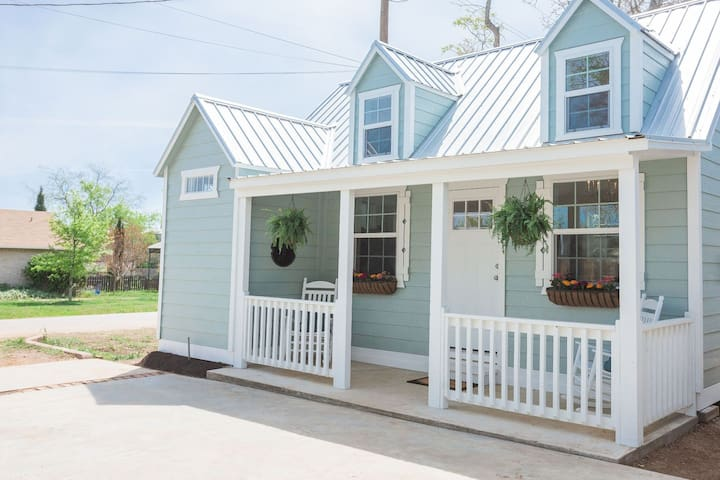 """Stonewall Country Cottage (TV's """"Cash Pad"""")"""