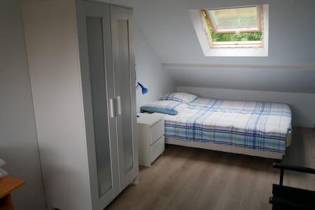 Chambre spacieuse dans maison, quartier calme.