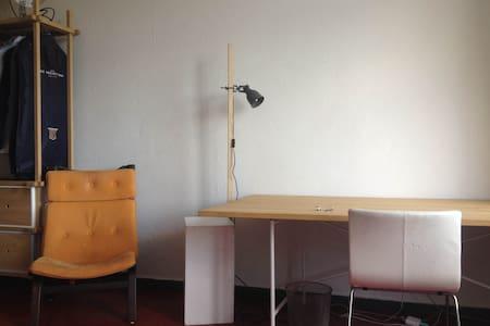 22 sqm room with green balcony in Neukölln - Berlin - Apartment