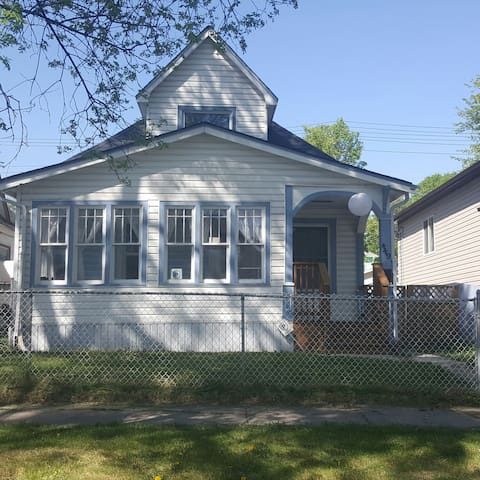 Comfy 3 bdrm Bungalow + laundry - Winnipeg - House