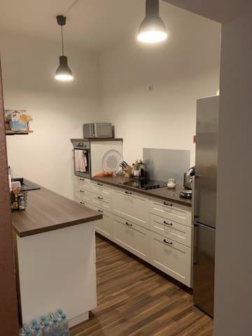 Die Küche mit Waschmaschine