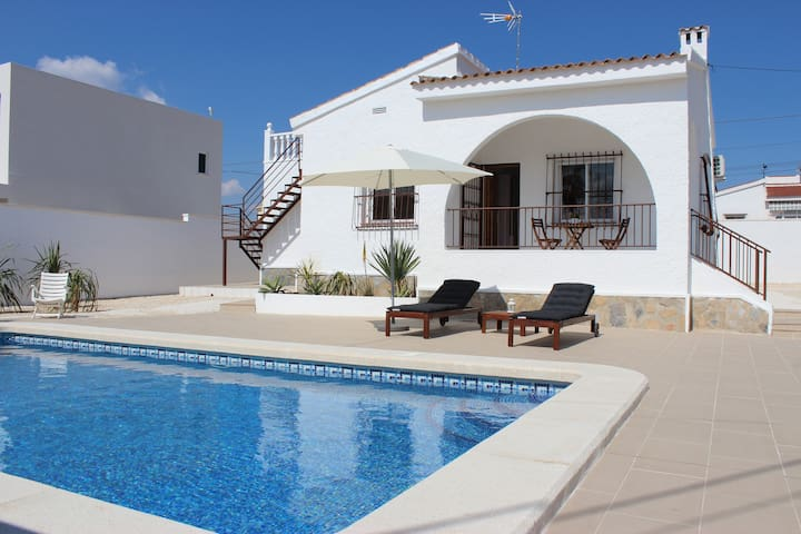 Super Villa with private swimming pool and BBQ - Ciudad Quesada - Almhütte