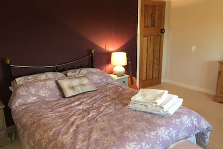 Large double room with own private bathroom - Letchworth Garden City