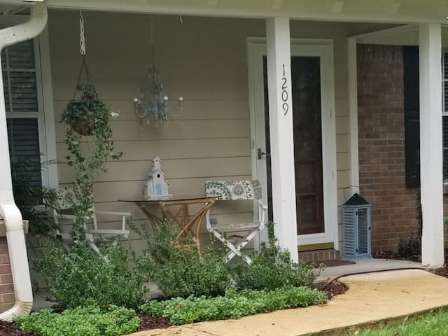 3 bed/2 bath home 1/2 mile from UM golf course