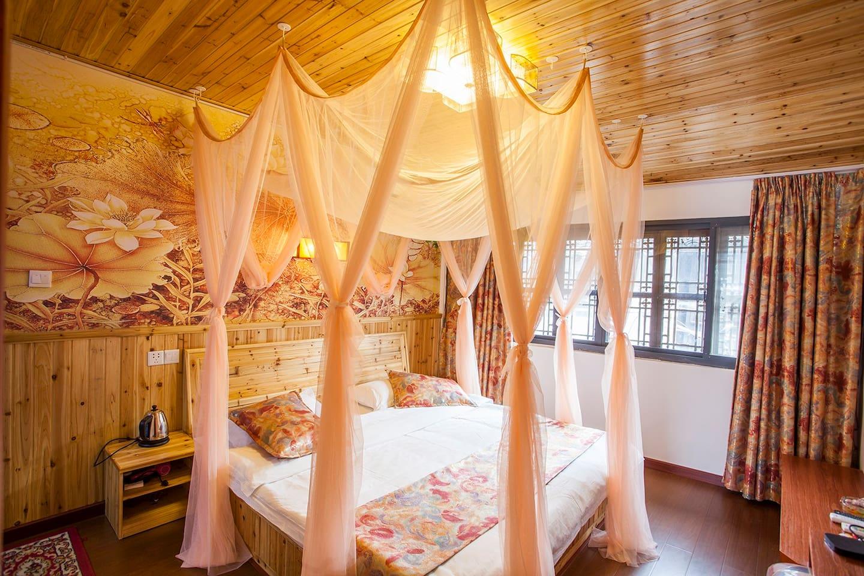 花之恋情侣大床房2米宽的大床,舒适惬意,欣赏老街的风光,房间宽敞明亮