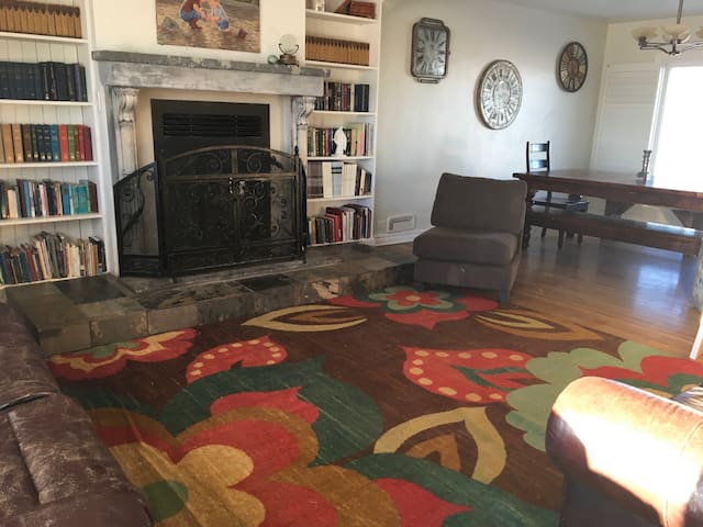 Family-friendly home near to Waterton. Mt. Views! - AB - House